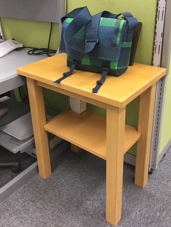 廃棄予定の机。もらってくるべきか?
