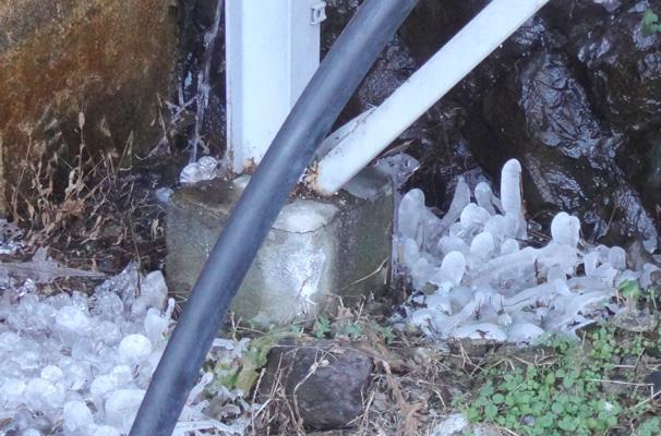 飛沫がかかるところなので、丸い氷柱ができとる