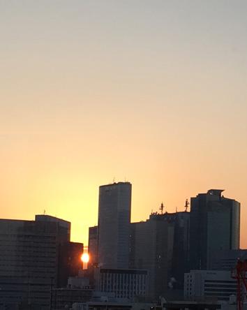 ビルのビミョーな隙間に日が沈む