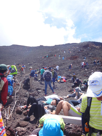 山頂直前にたくさんの人が休憩中