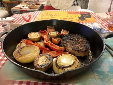 野菜もいっぱいのスキレットハンバーグ