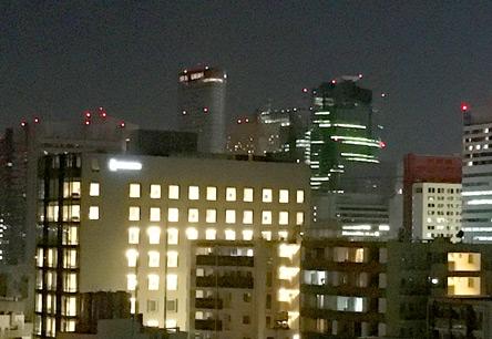 完成間近のホテルが全室点灯中