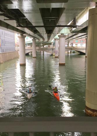 出勤時、日本橋にカヌーが2人
