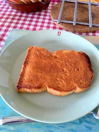 キャラメルソースを塗って、トースターで焦げ目を付けて冷ましたら、カチカチになって美味(^o^)