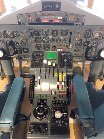 空港にあったYS11のコックピット