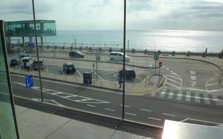 ガラス張りで海が見える日立駅