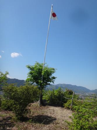 城跡の山頂には国旗が。