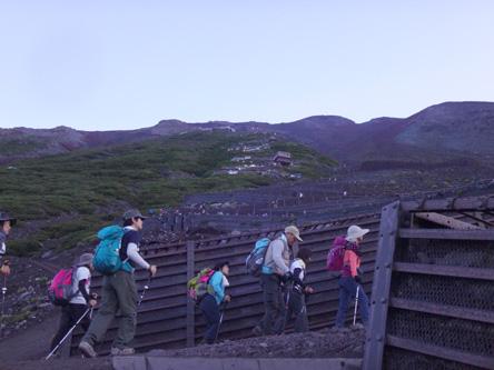 山頂まで延々と続く登山者