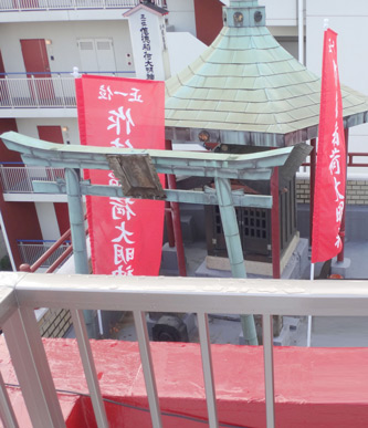 最高のびっくりが、屋上の神社。隣の建物の屋上から拝む。