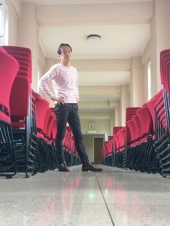 偶然にも赤い椅子が並べられとる